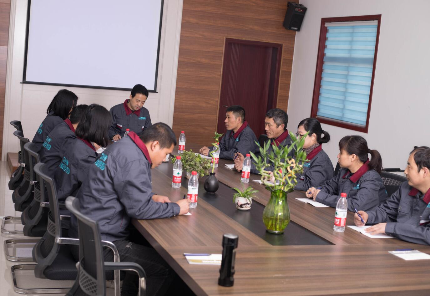 董事长与技术部门就新材料研发项目会议
